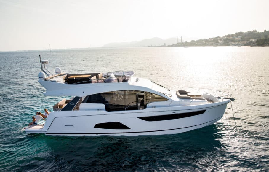 Sealine_F530_Exterior_08_anchor_022-908x580