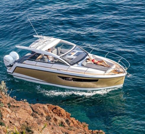 Sealine_S330v_Exterior_010_cruise_1300-490x450